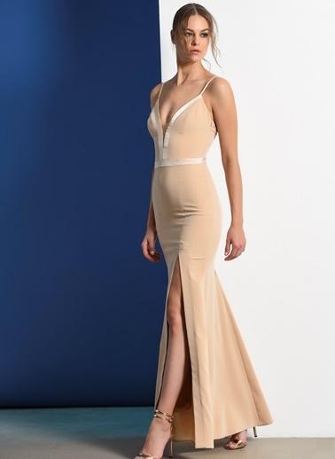 Zeynep Ökmen Askılı Göğüs Ve Sırt Dekolteli Uzun Yırtmaçlı Gece Elbisesi Krem